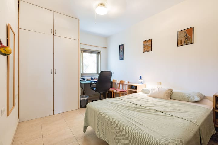 Central and homely: just 50m from beach!