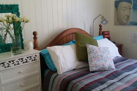 Lovely room in cute Queenslander - Clayfield