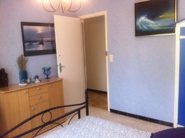 commode à disposition des invités sur demande toilettes et salle de bain à coté de la chambre