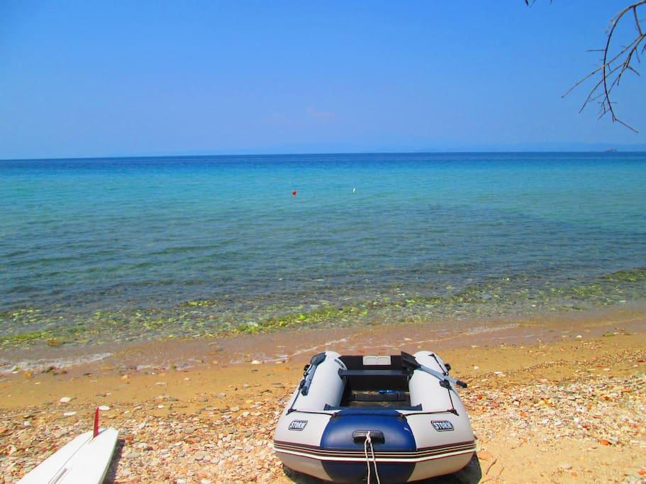 Das Meer mit Schlauchboot