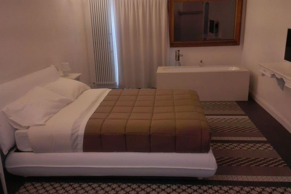 Suite con vasca in stanza da letto guest houses louer - Stanza da letto romantica ...