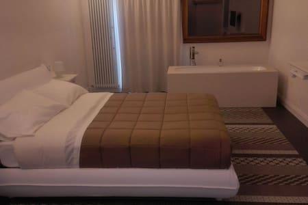 Suite con vasca in stanza da letto - Bed & Breakfast