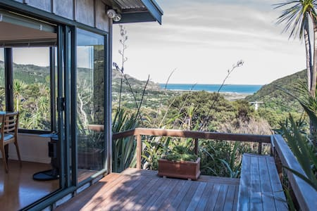 West Coast private hilltop hideaway - Bethells Beach - Stuga