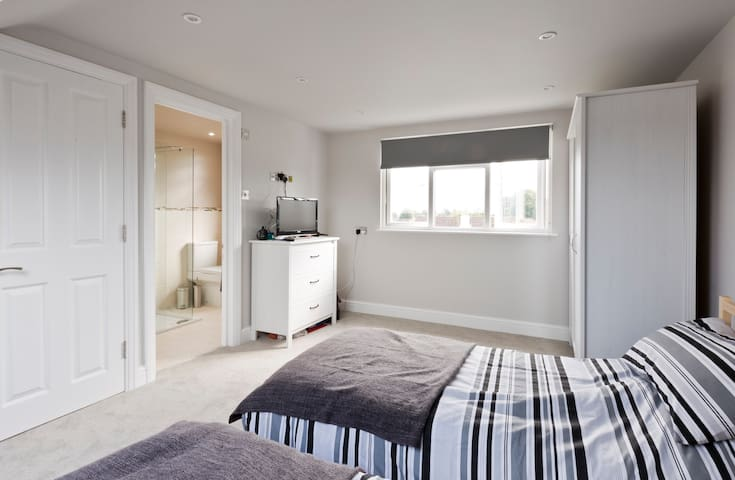 Lovely Loft room in family home - Sutton - House