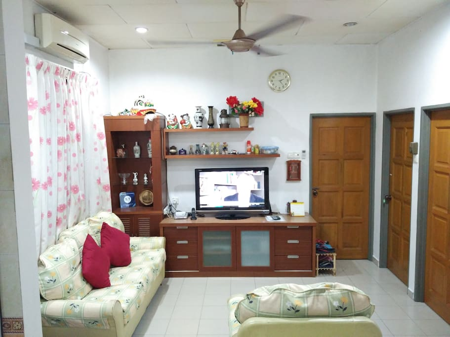 Common seating area with cable TV to keep guests entertained.