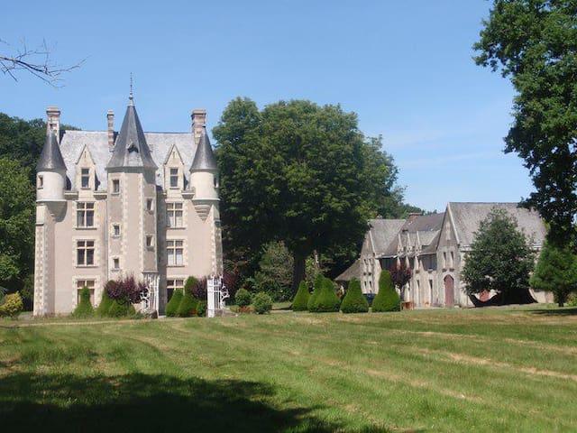 3 Private rooms in a Château - Sainte-Christine - Castle