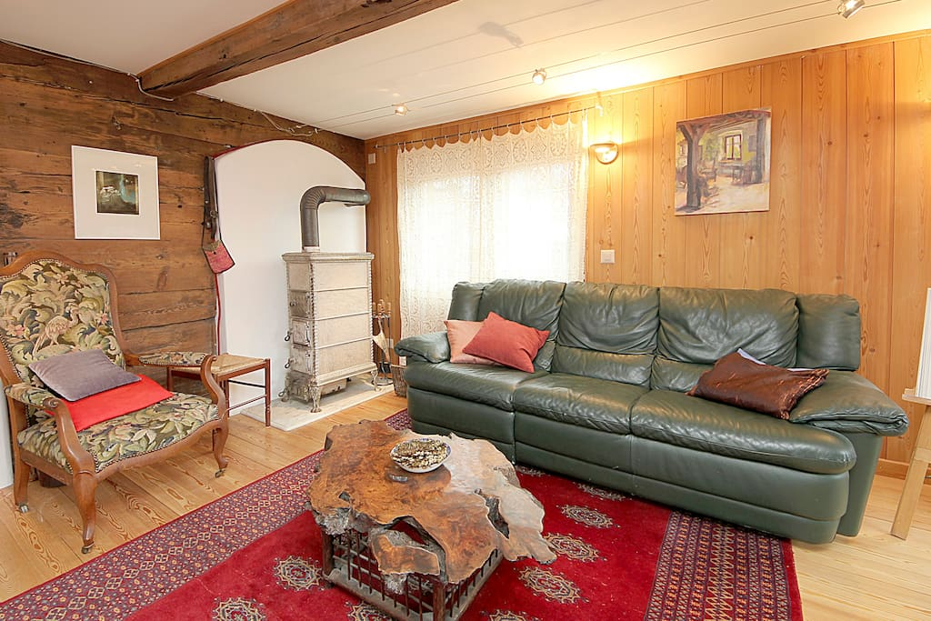 The living room is uncluttered and bright with a door to the terasse.