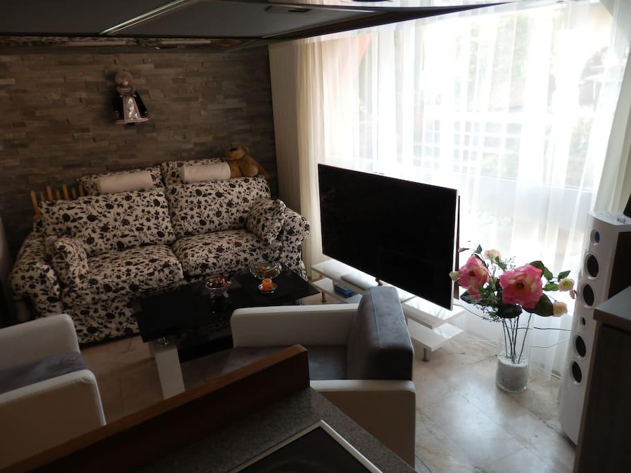 """Sofa mit 55""""-TV und Panoramafenster"""