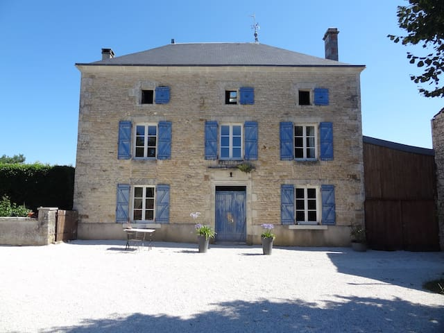 LE PETIT VILLAGE - Courcôme - Bed & Breakfast