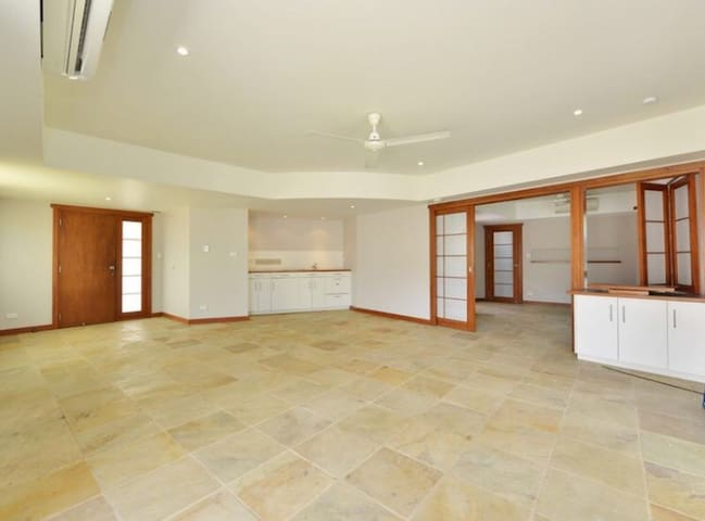 Self contained flat resort style - Mooroobool
