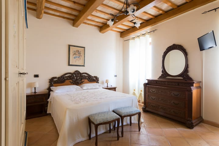 Bedroom with private bathroom, B&B - Santa Vittoria In Matenano - Bed & Breakfast