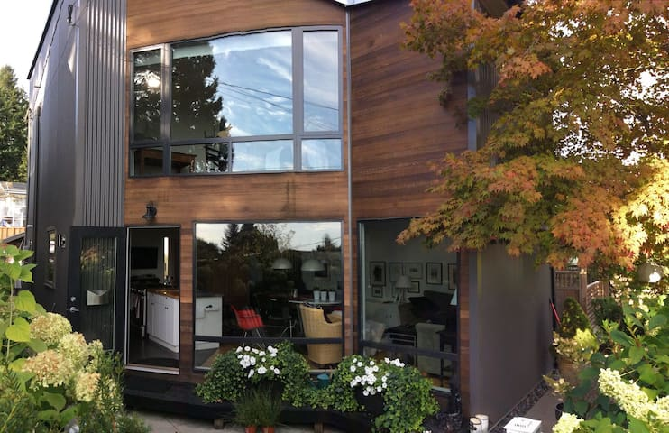 Bright, modern, loft style home - North Vancouver - Bed & Breakfast