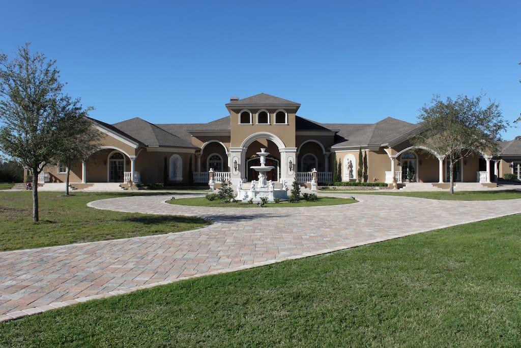 Casa Bella Estate Drive & Fountain