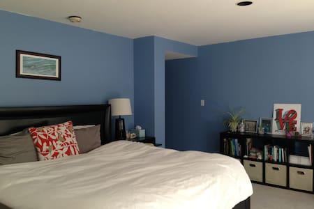 Large Sunny Private Room and Bath - Philadelphia - House