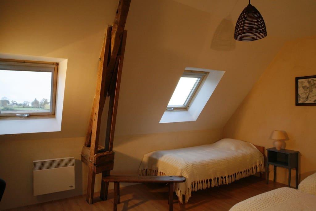 3 ou 4 lits simples dans cette grande chambre.