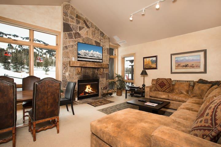 Cody House D - 2 Bedroom Luxury Ski in/Ski out Condo in Teton Village!