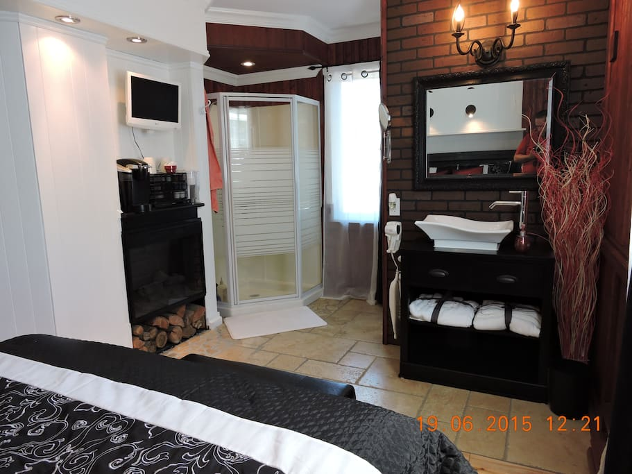 Room 2: The Romantic: Electric fire place, coffee machine, Tv, Dvd player.