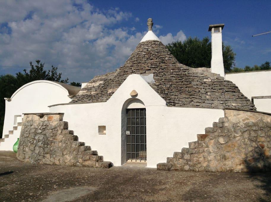 Trullo Acquamarina - fronte con corpo centrale in pietra locale originale del 1800