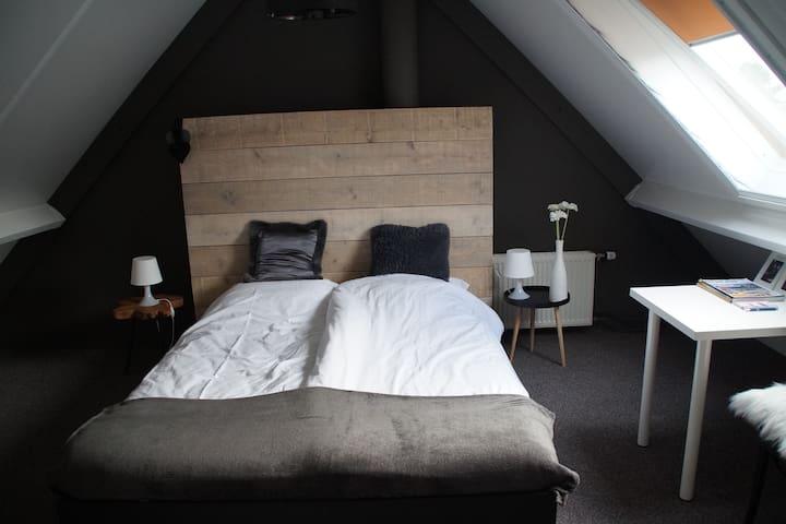 Zolderkamer, zie omschrijving - Roden - Bed & Breakfast