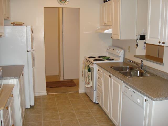 Full apartment- beautiful amenities - Burlington - Flat