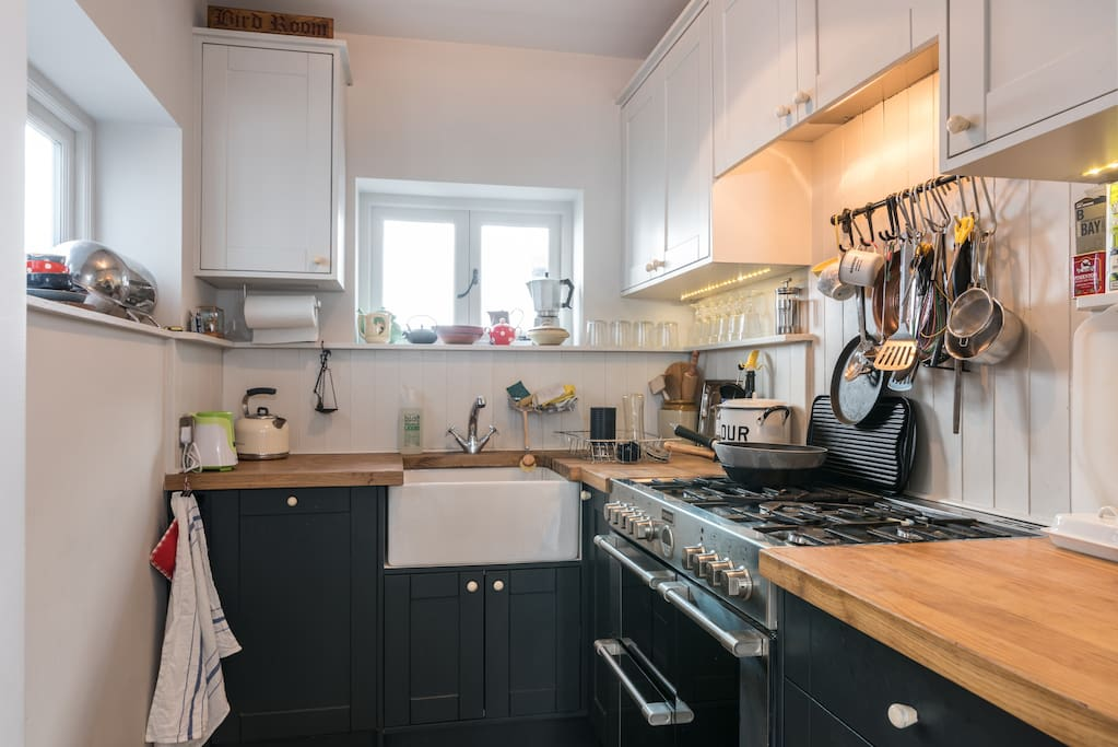 Kitchen with dual fuel 5-ring double oven range cooker.