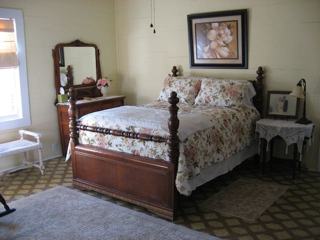 Minnie Caroline Room @ Olive's B&B - Lake City