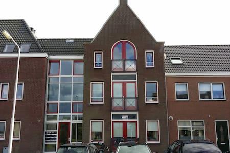 Ruim Appartement met 2 slaapkamers - Hippolytushoef - Apartamento