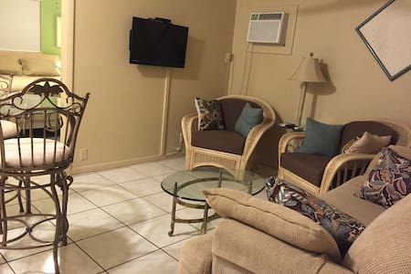 Clean & Comfortable, Great Location - Fort Myers Beach - Apartment