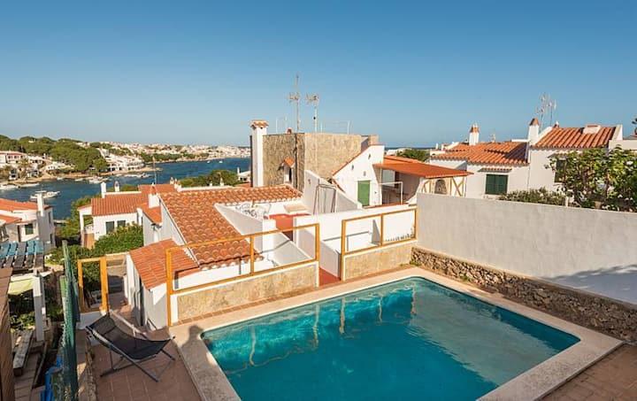 Maison de vacances dans le style minorquin avecWi-Fi, piscine, vue sur mer et balcon