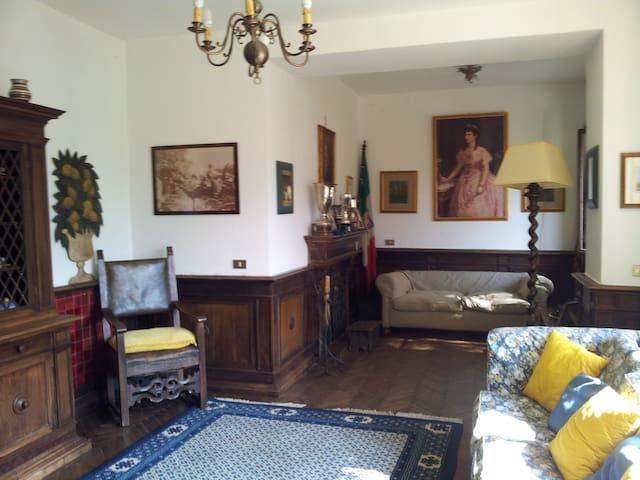 one of 3 sittingrooms