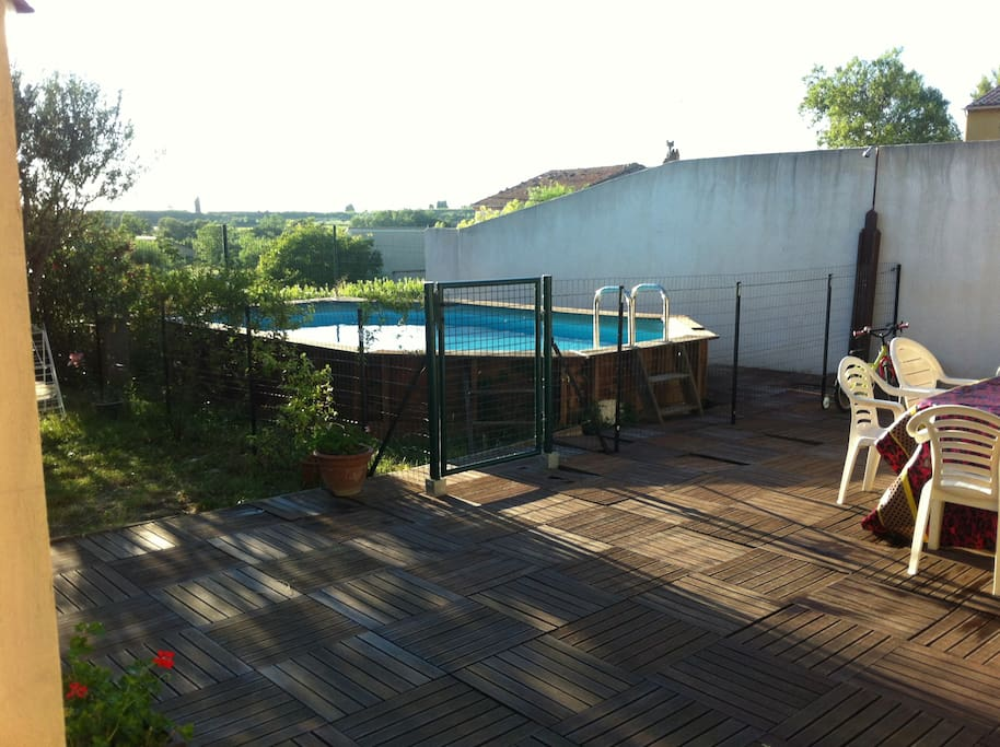 Terrasse donnant sur la piscine
