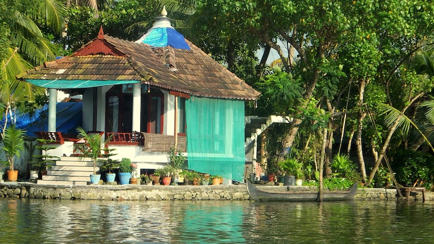 Backwater Facing Corner Room - Kodamthuruthu - Capanna