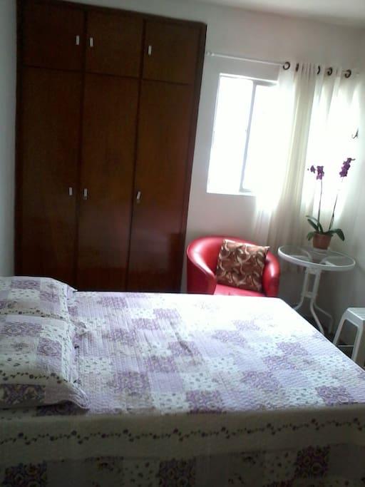 Dormitório com janela e muita luz.