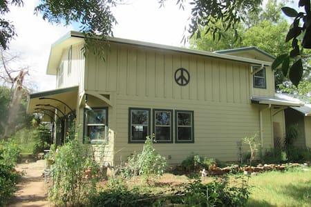 Rural getaway, two-bedroom suite - 배스트롭