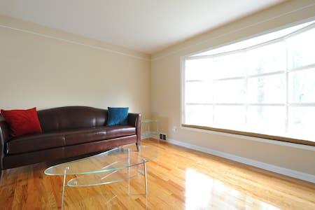 Modern Cozy Home (Second Bedroom) - Ház