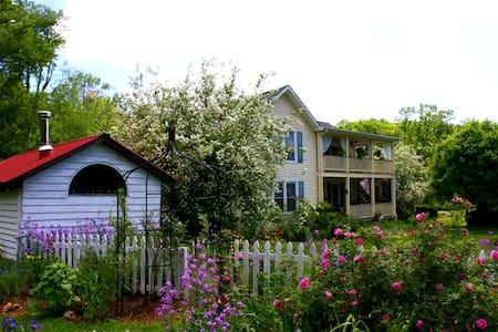 Meadowsweet Gardens - Rose Room - West Jefferson - ที่พักพร้อมอาหารเช้า