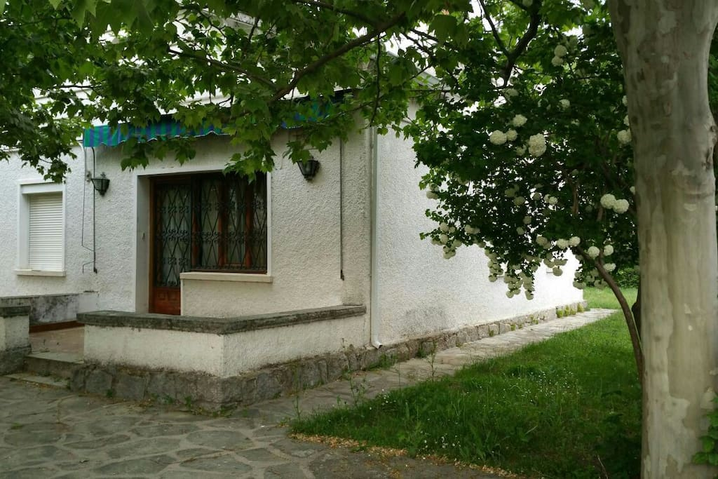 Casa rustica con amplio jard n casas en alquiler en la for Jardin casa rustica