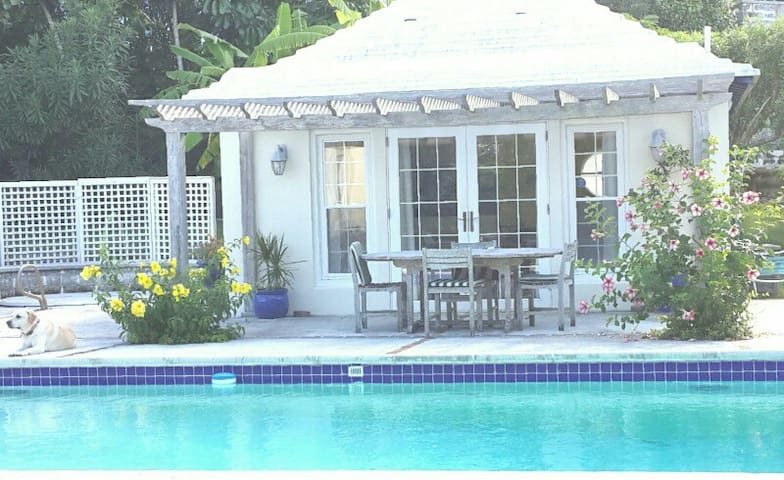 Pool house in a garden setting - SMITHS - House