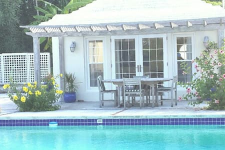 Pool house in a garden setting - SMITHS - บ้าน