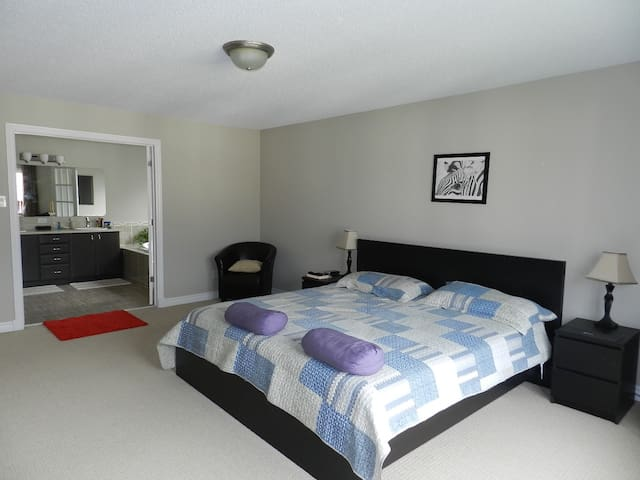 Spaces master room with ensuite - Ottawa - House
