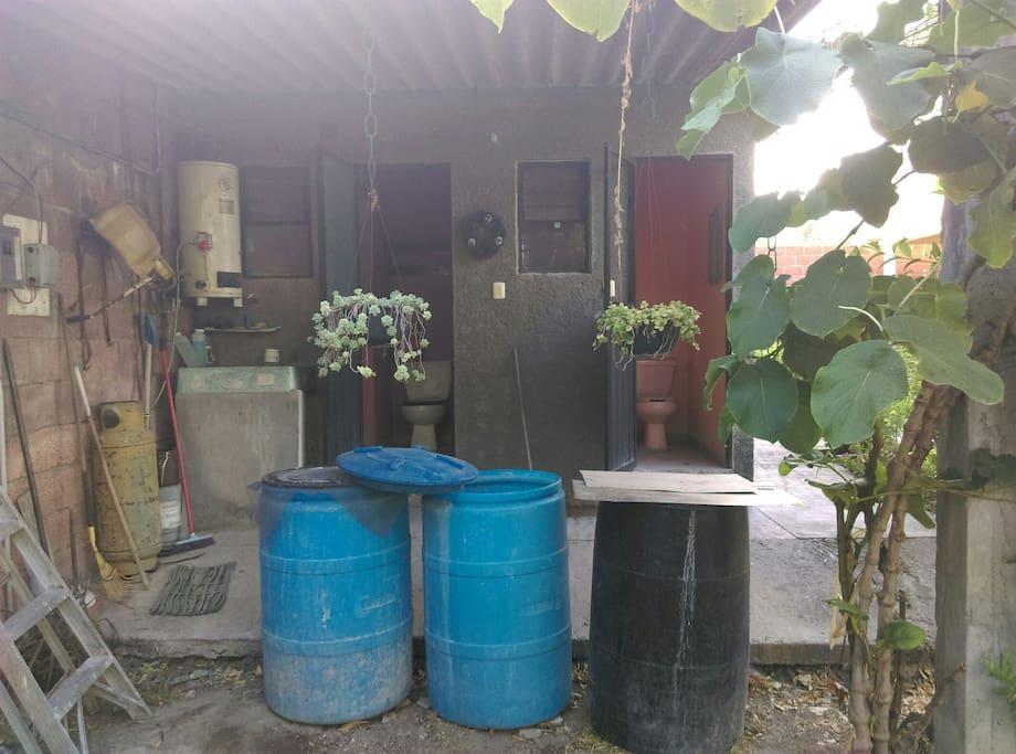 dos baños completos en el para usar en área de alberca y palapa, boiler y lavadero