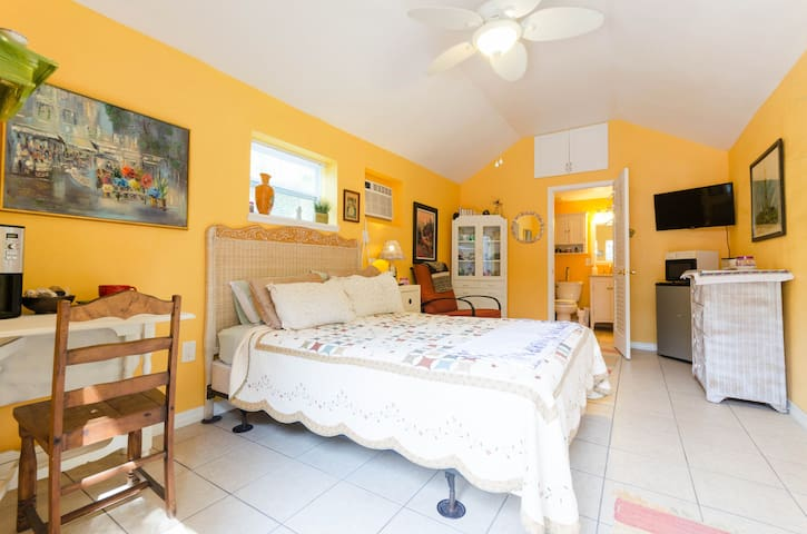 Whimsical Poolside Guest Cottage - Gulfport - Bungalow