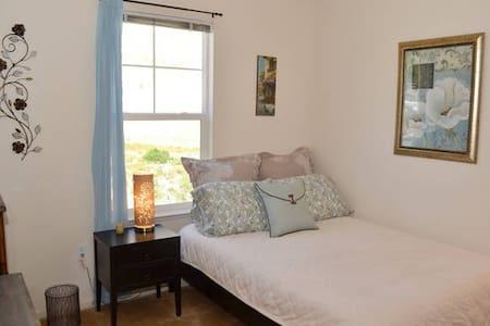 Peace and Calm Private Room + Bath - Novato - Condominio