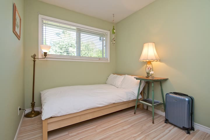 Small Comfortable Room with Garden View - Squamish - Haus