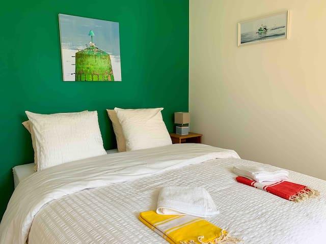 Chambre double très confortable avec literie Mérinos de qualité hôtelière. Piano et TV HD.