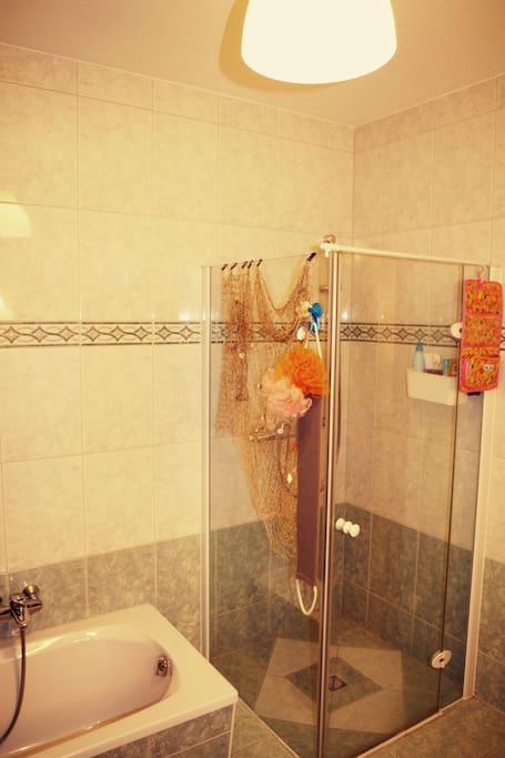 Badezimmer im Erdgeschoss mit Badewanne, Dusche und WC