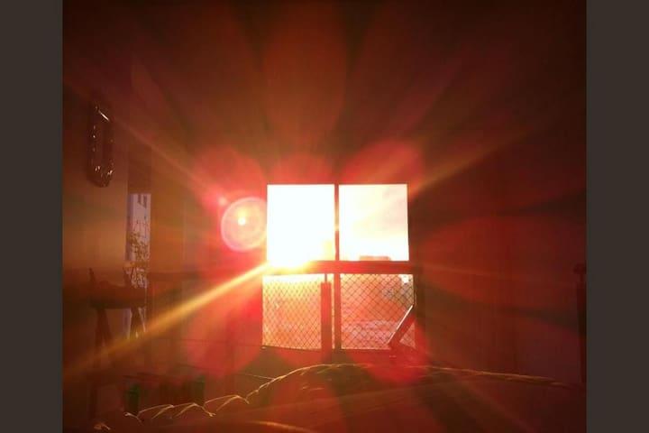 Amanhecer com as cortinas abertas