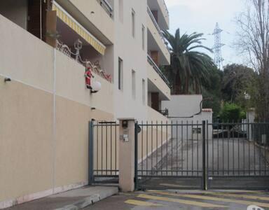 beau t2 meuble avec garage sous sol - Martigues - Lejlighed