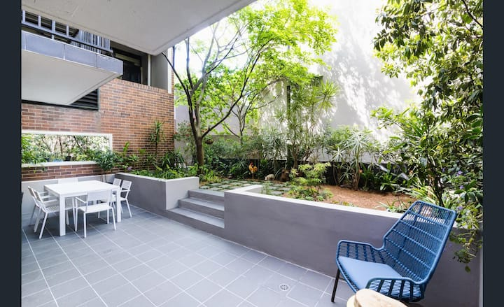 Private garden apartment minutes walk to the city