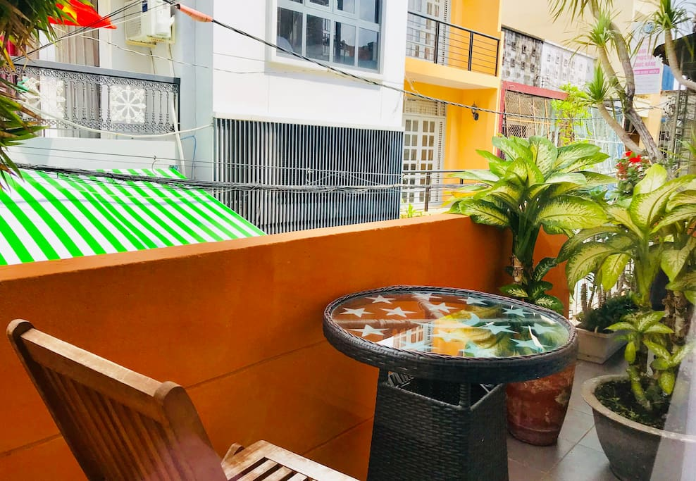 This studio features a green balcony where you can enjoy fresh & clean air in the morning, relaxing & cool air in the late evening, right in the center of the busy city.